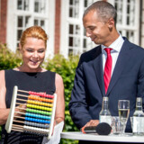 »Selvom Inger Støjbergs skingre linje er populær blandt mange borgerlige vælgere, er tyngden i Venstres folketingsgruppe et andet sted,« skriver Niels Jespersen om udlændingepolitikken.