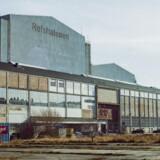 Som monumenter over et vigtigt stykke dansk industrihistorie rejser de vældige haller sig på den flade Refshaleøen, der er bygget med overskudsjord på sandbanker. Mange af bygningerne er ved at få nyt liv på grund af innovative virksomheder, værksteder, antikmarkeder og kulturelle tilbud.