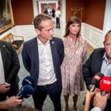 Efter et to timer langt gruppemøde gav partiformand Lars Løkke Rasmussen udtryk for, at han er tilfreds med Venstres nye gruppeledelse på Christiansborg. Men bag de lukkede døre gik alting langt fra, som Løkke havde håbet, og en intens magtkamp har udspillet sig i partiet.