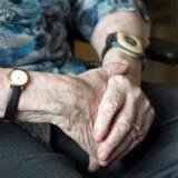 »Træning findes stort set ikke. Den heldige borger med demens tilbydes måske en times træning om ugen. Dette til trods for, at demensforskning har påvist træningens positive virkning på sygdommen. Og er et menneske med demens først endt i kørestol, kan man godt vinke farvel til et liv i bevægelse. Så er det slut,« skriver May Bjerre Eiby. Arkivfoto.