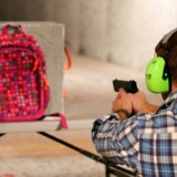 Flere og flere firmaer producerer i dag skudsikre skoletasker.