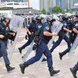 Antikinesiske kræfter viser med al ønskelig tydelighed, at de med fuldt overlæg forsøger at skabe kaos i Hongkong, skriver ambassadør Feng Tie i et debatindlæg. dettev arkivbilledet viser sydkinesisk politi, der øver indsats mod demonstrationer uden for Hong Kongs grænser.