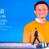 Den karismatiske Jack Ma er nok det mest kendte ansigt på Kinas økonomiske forvandling. Nogle kalder ham Kinas »bløde« ambassadør. Han rejser uden for Kina en stor del af sin tid og gnubber scenevant albuer med alverdens pinger fra politiske ledere til Hollywood-stjerner. Hans budskab er stærkt: Alle kan få succes. Se bare på mig.