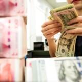 Investorerne frygter, at handelskrigen er ved at udvikle sig til en valutakrig, der skaber en ond spiral, hvor centralbanker prøver at overgå hinanden med mere og mere lempelig pengepolitik.