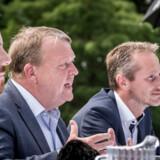 Jakob Ellemann, Lars Løkke Rasmussen og Kristian Jensen under et pressemøde i forbindelse med Venstres sommergruppemøde på Kragerup Gods ved Ruds Vedby, fredag den 9. august 2019. . (Foto: Mads Claus Rasmussen/Ritzau Scanpix)