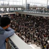 Demonstrationerne mod Hongkongs regering spredte sig for nyligt til Hongkongs internationale lufthavn, hvor demonstranter sad fredeligt i tre dage. Det har fået flyselskabet Cathay Pacific til at fyre medarbejdere.