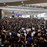 Massedemonstration i Hong Kong International Airport i dag d. 12. august 2019. Dagens flyafgange er blevet aflyst.