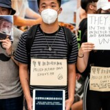 Demonstranter i Hongkongs internationale lufthavn protesterer mod politivold i weekenden.