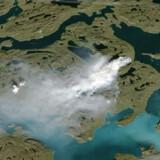 I det tørre vejr risikerer tørvebrandene nær Sisimiut i Vestgrønland at springe over en elv og ind i et beskyttet naturområde. Opgaven for brandfolkene bliver at inddæmme brandene. Satellitbilledet er fra en tilsvarende naturbrand i 2017, også nær Sisimiut.