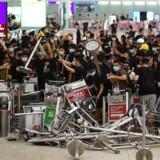 Voldsomme protester i Hongkongs lufthavn medførte igen, at mange flyafgange måtte aflyses tirsdag aften. Onsdag morgen er flytrafikken genoptaget.