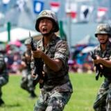 Kinesiske tropper fra Folkets Befrielseshær (PLA) træner ved Ngong Shuen Chau-barakkerne ved Stonecutters Island, Hongkong. PLA har haft en garnison udstationeret i Hongkong, siden Storbritannien overdrog bystaten til Kina i 1997. Angiveligt 8.000-10.000 soldater.