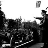 Blitzkrieg. Den 1. september 1939 angreb Nazi-Tyskland Polen og indledte dermed Anden Verdenskrig. I Hitlers logik var det imidlertid den anden vej rundt: Det var Tyskland, der var blevet angrebet af polakkerne. Og nazisterne gjorde sig store anstrengelser for at overbevise tyskerne og omverdenen om det. I disse dag markeres 80 året for Anden Verdenskrig, hvor blandt andet den tyske og amerikanske præsident vil deltage i mindehøjtideligheder i Polen.