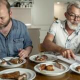 Test af gris på skaft. Søren Damm (tv.) og Søren Frank (th.) smager på svinet.