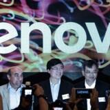 PC-giganten Lenovos topchef, Yang Yuanqing (i midten ved et tidligere pressemøde, forudser stigende priser på elektronik op til jul som følge af de amerikanske strafafgifter på varer produceret i Kina. Arkivfoto: Philippe Lopez, AFP/Ritzau Scanpix