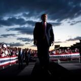 Hænger skyerne tungt over Donald Trump, eller er der lys i horisonten i forhold til en ny periode som præsident? Der er meningsmålingerne ikke enige om.