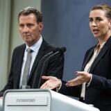 »Vi har en udfordring. Det skal ikke være sådan, at man skal kunne rejse fra Sverige til Danmark og placere dynamit midt i København. Vi er ikke klar til at konkludere, hvordan det skal gøres, men grænsen har vores fulde opmærksomhed. Og den skal styrkes,« sagde Mette Frederiksen, da hun onsdag holdt pressemøde sammen med justitsminister Nick Hækkerup. Foto: Martin Sylvest/Ritzau Scanpix