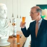Carlsbergs topchef Cees 't Hart skåler med Carlsbergs stifter JC Jacobsen og glæder sig over en markant fremgang for det danske bryggeri.