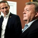 V-formand Lars Løkke Rasmussen forsøgte torsdag at signalere, at der igen er kommet ro på i Venstre efter nogle højdramatiske uger. Men i det skjulte arbejder centrale skikkelser i partiet målrettet på at komme af med både ham og næstformand Kristian Jensen. Og de er begge blevet bedt om at trække sig inden landsmødet til november.