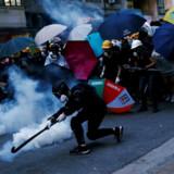 Hundredetusinder af aktivister har demonstreret i Hongkongs gade siden juni. Demonstrationerne er blevet mødt med tåregas og gummikugler af politiet.