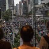 »Ingen tvivl om, at præsident Xi helst vil undgå et voldeligt indgreb i Hongkong. Men han kan føle sig så presset, at han ikke mener, at han har råd til at tabe ansigt, hvis der danner sig det indtryk, at demonstranterne vinder,« skriver Uffe Ellemann-Jensen om demonstrationerne i Hongkong.