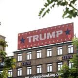 Trump-reklame på Rådhuspladsen i København.