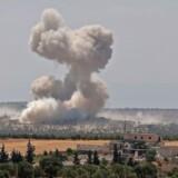 Røg stiger til vejrs efter et flyangreb ved byen Hish i det nordvestlige Syrien. En tyrkisk militærkolonne kan være ramt. - Foto: Omar Haj Kadour/Ritzau Scanpix