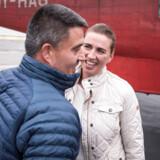Statsminister Mette Frederiksen hilser på Kim Kielsen ved ankomst til Nuuk, hvor hun søndag indledte sit to dages besøg i Grønland. - Foto: Mads Claus Rasmussen/Ritzau Scanpix