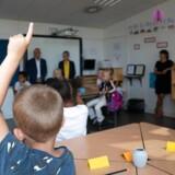 »Lad os dog beholde den gode, gammeldags bog af papir og et skoleskema, der er til at forstå,« skriver Amalie Lyhne. På billedet besøger børne- og undervisningsminister Pernille Rosenkrantz-Theil (S) Katrinedals Skole i København, onsdag den 14. august 2019.