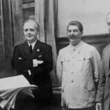 »Pagten betød besættelse, ulykke og massedød for befolkningerne i de lande, der blev berørt af aftalen. I praksis forenede den de to totalitære diktaturer mod Vesten,« skriver Bent Blüdnikow. Billede fra underskrivelse af Ribbentrop-Molov-pagten 23. august 1939. Fra venstre: Friedrich Gaus, tysk diplomat, Joachim von Ribbentrop, Tysklands udenrigsminister, Josef Stalin, Sovjetunionens leder og Vjateslav Molotov, Stalins udenrigsminister. AFP PHOTO