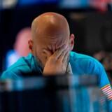Den opblussede handelskrig mellem USA og Kina var med til at sende aktiemarkederne markant ned i USA fredag.