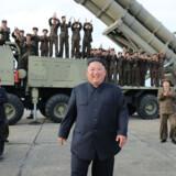 Kim Jong-un overværede lørdag en test af et nyudviklet våben. Billedet er taget lørdag den 24. august og offentliggjort af KCNA dagen efter. Kcna Via Kns/Ritzau Scanpix