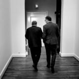 Lars Løkke Rasmussen og Jan E. Jørgensen (th.) på vej til Venstres gruppemøde på Christiansborg. Jan E. Jørgensen er en af de Venstre-folk, der har ringet rundt og bedt kolleger i folketingsgruppen om at gå ud med offentlig støtte til Løkke.