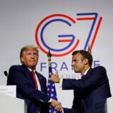 Frankrigs præsident, Emmanuel Macron, og hans amerikanske kollega, Donald Trump, giver hinanden hånden efter G7-mødet i Biarritz.