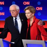 Bernie Sanders og Elizabeth Warren holder hinanden om skuldrene efter den første runde af Demokraternes anden TV-transmitterede debat forud for præsidentvalget i 2020. Men med udsigt til et tæt valg i Iowa er de nu knapt så tætte.