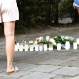 Blomster og lys på pladsen i Malmø, hvor en ung læge blev skudt på klos hold, mens hun bar sin baby på armen.