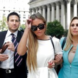 Jennifer Araoz (i midten) er ét af Jeffrey Epsteins angivelige ofre. Hun er en af mange kvinder, der har anklaget rigmanden for at have voldtaget hende, da hun var 15 år. Men lige inden retssagen mod ham skulle stå, begik Epstein selvmord i sin fængselscelle. »Og for det er han en kujon,« lød det i tirsdag i retten fra Araoz, som føler sig berøvet for sin mulighed for at få retfærdighed.