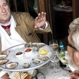 Berlingskes madredaktør Søren Frank har sat Erik Brandt i stævne på Café Victor i første afsnit af interview-serien »Snak og æd«. Erik Brandt har sit eget stambord på restauranten.