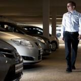 Værdien af en brugt bil afhænger i høj grad af bilens miljømæssige egenskaber. Her et arkivfoto fra en forhandler af Toyota, der satser meget på hybridbiler med en blanding af el- og brændstofmotorer. Kun rene elbiler sælges en anelse hurtigere end hybridbiler på brugtmarkedet.