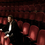 Tommy Kenter i teatersalen på Det Ny Teater. Det er 60 år siden, han som niårig havde sin teaterdebut på lige præcis Det Ny Teater, og han har ikke spillet der siden – indtil nu. I slutningen af september spiller han sidste store teaterrolle. Det bliver i stykket »Spillemand på en tagryg« på Det Ny Teater.