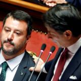 Fungerende premierminister Giuseppe Conte lægger faderligt hånden på skulderen af Matteo Salvini under en parlamentsdebat. Førstnævnte har nu trukket det længste strå i magtkampen mellem dem og er klar til at danne en ny regrring.