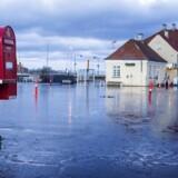 »Det er bestemt ikke alle miljøforkæmpere, man bør lytte til, hvis man ønsket at tage klimaudfordringerne alvorligt,« skriver Jesper Lau Hansen, der advarer mod dommedagsprofetier. Her ses Stege på Møn 5. januar 2017 dagen efter at Danmark blev ramt af stormflod og oversvømmelse.