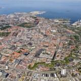Hvis vi alligevel er ligeglade med, at København er en vandby, kan vi lige så godt kaste havnen til. Projektet, som vi døber Copenhagen H, vil få en gigantisk P-kælder, og man vil kunne spadsere fra Amaliehaven til Operaen på ti minutter. Fotomanipulation: Holger Dahl