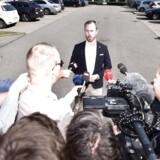 Jakob Ellemann-Jensen kalder det en svær dag og ønsker lørdag ikke udtale sig om, hvorvidt han selv stiller op som kandidat til formandsposten. Flere peger dog på ham som »ny høvding«.