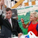 Fiskeriminister Mogens Jensen (S) kritiseres af flere partier for at nøle i sag om fredning af følsomme havområder i Nordsøen. På billedet er han til ministeroverdragelse med tidligere fiskeriminister Eva Kjer Hansen (V). Det er en blæksprutte, han har i hånden.