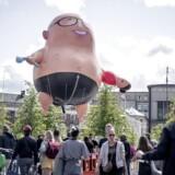 »Hetz eller humor?« spørger Jens Jonatan Steen på sin facebookside om den kæmpeballon, der forestiller Martin Rossen, som mandag blev hejst i anledning af sæsonpremieren på »Den Korte Radioavis«.