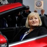 Ursula Piëch, der nu er enke efter Volkswagen-koncernens tidligere topchef og formand, Ferdinand Piëch, har været omtalt som en af de mægtigste kvinder i kulissen i tysk erhvervsliv. Nu skal hun forvalte arven efter sin mand, der var barnebarn til den tyske bilkoncerns grundægger, Ferdinand Porsche. Her ses hun i en VW-model med hendes yndlingsfarve, rød. Det var i 2012, da hun selv blev valgt ind i Volkswagens bestyrelse.