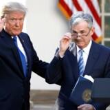 »Trumps kritik af Fed-chefen er hysterisk, men modsat er det også et faktum, at den såkaldte kerneinflation nærmest konsekvent har ligget under Feds egen målsætning på to procent i de sidste ti år. Og det bør Fed naturligvis kritiseres for.« På billedet ses præsident Trump med Jerome Powell, chefen for den amerikanske centralbank.