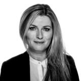 »Vi burde tale meget mere om moral, ansvar og pligt og ikke mindst tænke på, hvor demoraliserende det må være at arbejde i kassen i supermarkedet og dagligt møde udmærket arbejdsduelige mennesker, hvis liv man er sponsor for, mens man selv må arbejde hårdt og savne at se sine børn,« skriver Berlingskes kulturredaktør Anne Sophia Hermansen.