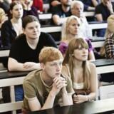 Undervisere på Københavns Universitet skal nu spørge de studerende, før man bruger »kønnede betegnelser«. Det skal gøre universitetet mere inkluderende over for transpersoner.