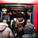 På grund af en nedrevet køreledning i går er S-togstrafikken stadig lammet fredag morgen 12. november 2010, hvor morgenpendlerne her fylder godt op i de enkelte toge, der kører fra Østerport Station.